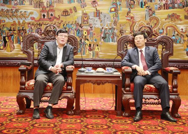 Phó Chủ tịch UBND tỉnh Vĩnh Phúc Lê Duy Thành (bên phải) và Tham tán Công sứ Thương mại Việt Nam tại Cộng hòa liên bang Đức Nguyễn Hữu Tráng tại buổi làm việc